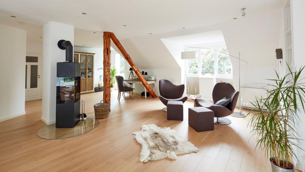 Repräsentatives, Offenes, Mittelgroßes, Fernseherloses Skandinavisches Wohnzimmer mit weißer Wandfarbe, hellem Holzboden, beigem Boden und Kaminofen in Bremen