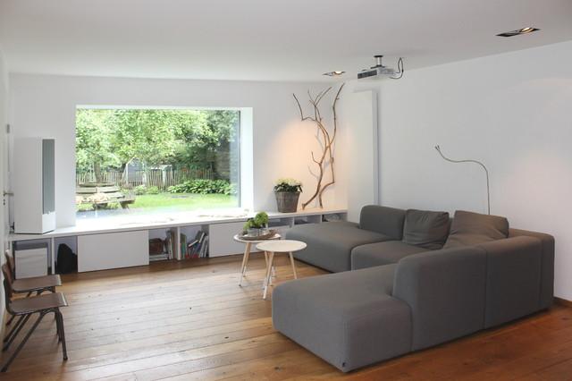 Das Panoramafenster Rahmt Die Landschaft Wie Ein Gemälde Skandinavisch  Wohnzimmer