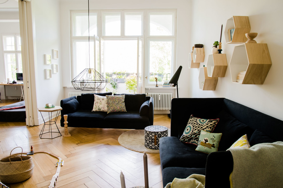 Repräsentatives, Mittelgroßes, Abgetrenntes Eklektisches Wohnzimmer ohne Kamin mit weißer Wandfarbe und hellem Holzboden in Berlin
