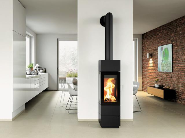 ein kaminofen w chst ber sich hinaus kaminofen sendai 135 modern wohnzimmer sonstige. Black Bedroom Furniture Sets. Home Design Ideas