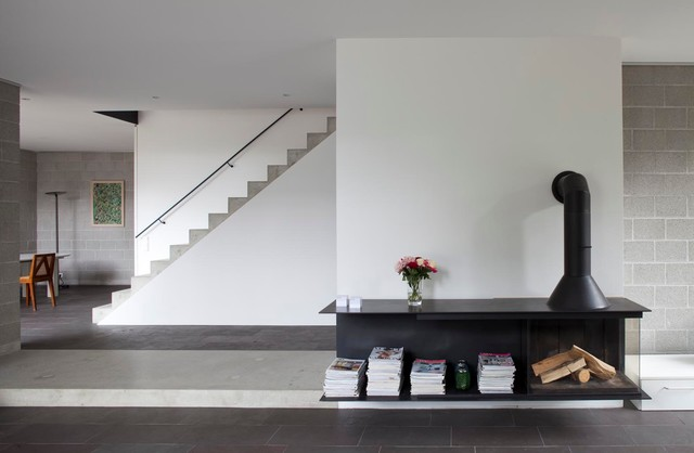 Beispiel Für Offene Moderne Wohnzimmer Mit Grauer Wandfarbe, Kaminofen Und  Kaminsims Aus Metall In Berlin
