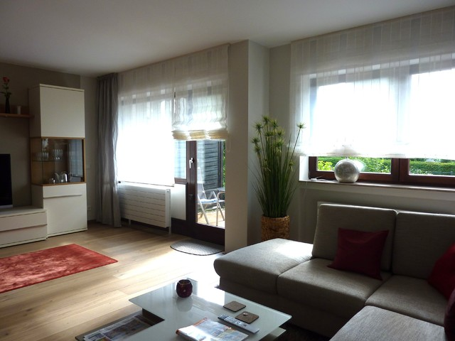 fensterdeko raffrollos und schals contemporary family room frankfurt by r a u m a n s i. Black Bedroom Furniture Sets. Home Design Ideas