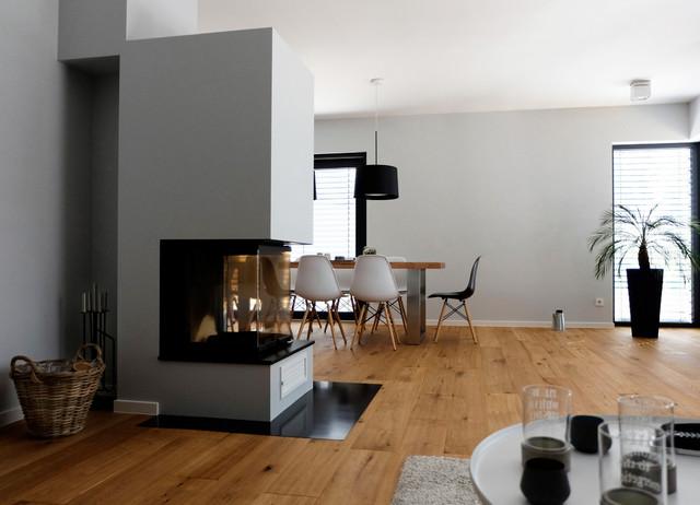 haus a offener wohnbereich mit kamin als raumteiler. Black Bedroom Furniture Sets. Home Design Ideas