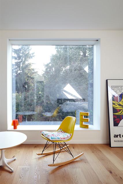 Mittelgroßes Skandinavisches Wohnzimmer ohne Kamin mit weißer Wandfarbe und hellem Holzboden in Köln