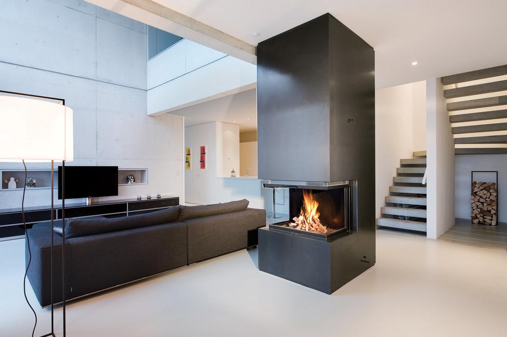Ejemplo de sala de estar abierta, actual, grande, con paredes grises y chimenea lineal