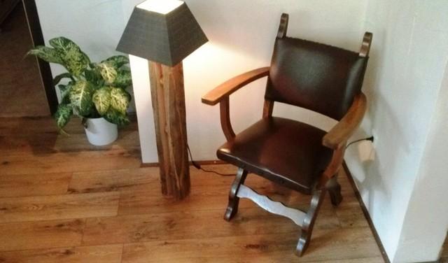 holz stehlampe f r die wohnung rustikal wohnbereich. Black Bedroom Furniture Sets. Home Design Ideas