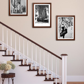 bilder aufh ngen im treppenaufgang landhausstil. Black Bedroom Furniture Sets. Home Design Ideas