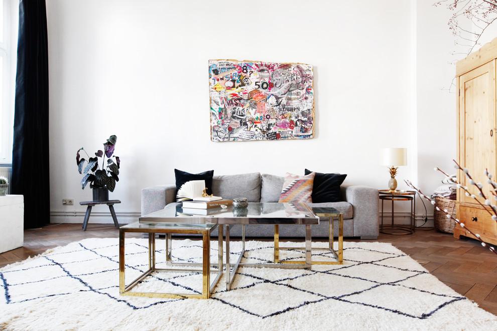 Foto de salón abierto, nórdico, de tamaño medio, con paredes blancas, suelo de madera oscura y suelo marrón