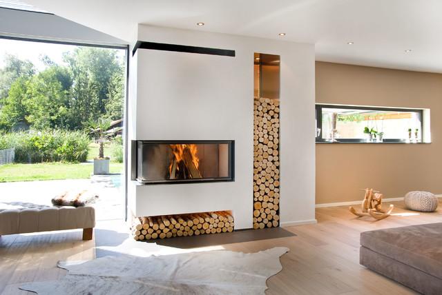 offenes modernes wohnzimmer mit beiger wandfarbe eckkamin verputztem kaminsims und hellem holzboden in munchen