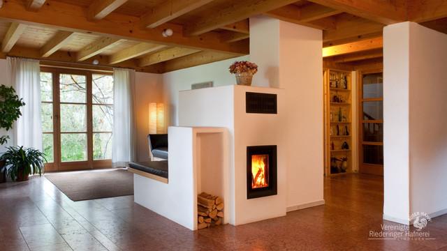 kachelofen f r den wohnraum landhausstil wohnzimmer. Black Bedroom Furniture Sets. Home Design Ideas