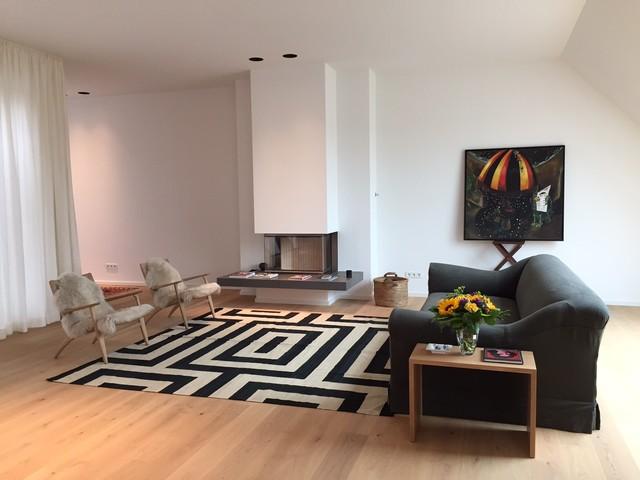 kelim im wohnbereich auf hellem holzboden minimalistisch. Black Bedroom Furniture Sets. Home Design Ideas