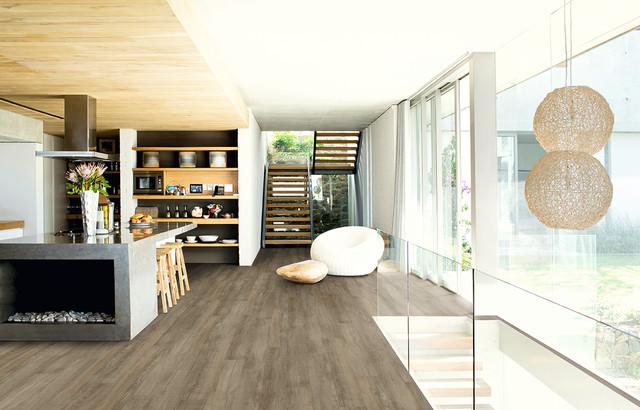 Modelo de salón abierto, contemporáneo, pequeño, sin chimenea y televisor, con paredes blancas y suelo de madera oscura