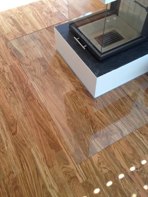parkettboden mit glasplatte modern wohnzimmer m nchen von schumann design. Black Bedroom Furniture Sets. Home Design Ideas