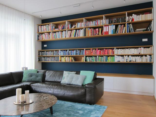 Raumhohe Bücherwand im Wohnraum am Tag - Modern - Wohnzimmer - Köln ...