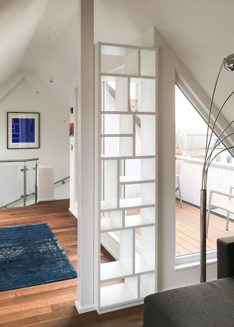 Regal als Raumteiler in Dachschräge - Modern - Wohnbereich ...