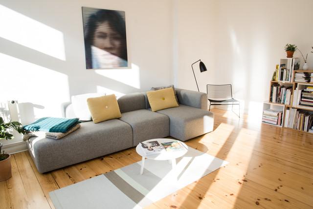 ベルリン, ベルリン, ドイツの北欧スタイルの独立型ファミリールームの写真 (白い壁、淡色無垢フローリング、暖炉なし)