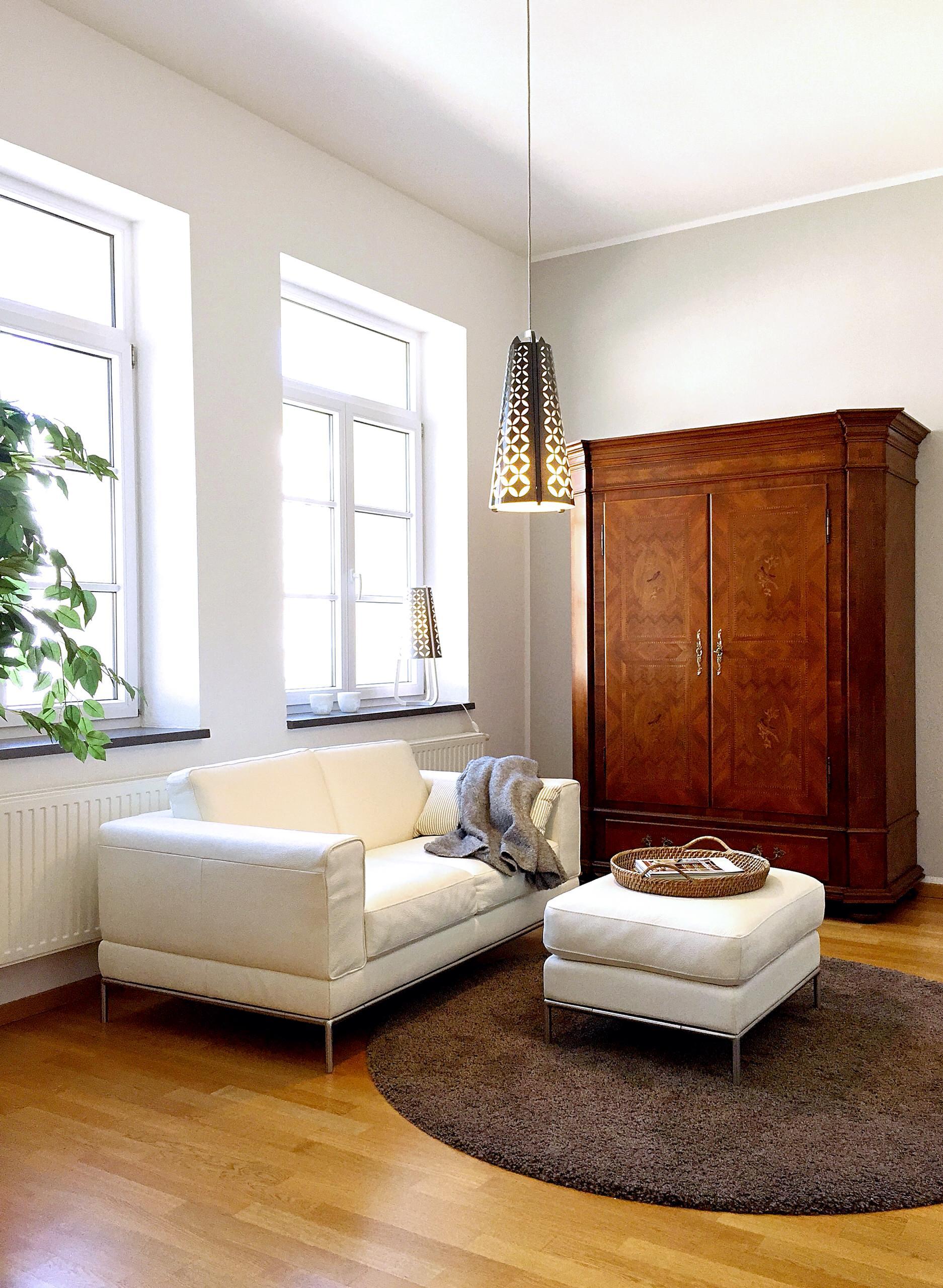 Viel Weiß und helles Grau bringen den Raum zum Leuchten