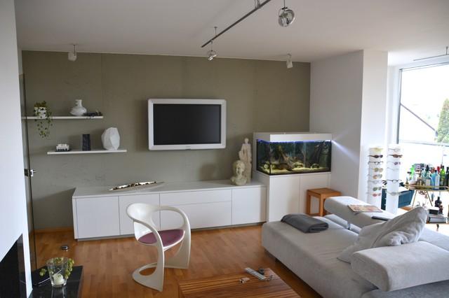 Fantastisch Offenes Modernes Wohnzimmer Mit Grauer Wandfarbe, Braunem Holzboden Und  Wand TV In Nürnberg