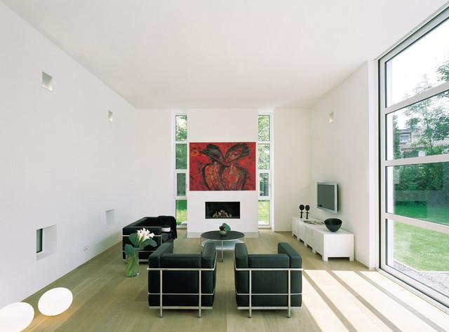 wohnzimmer mit kamin und gro en fenstern contemporary. Black Bedroom Furniture Sets. Home Design Ideas