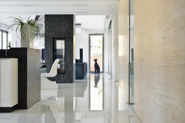 Wohnzimmer mit Natrusteinboden, Kamin und Wandverkleidung